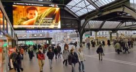 瑞士的蘇黎世中央火車站,播放青少年人權公益廣告。