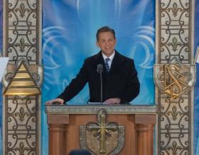 宗教技術中心理事會主席暨山達基宗教的教會領導人大衛.密斯凱維吉先生,主持了新魁北克山達基教會的開幕典禮。