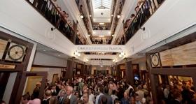 剪綵之後,數千名山達基人和來賓參觀了教會挑高四層樓壯觀的拱廊。