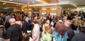 山達基人和來賓參觀新教會的大眾資訊中心,包括了以多媒體展示的山達基信仰和創始人L. 羅恩 賀伯特的生平。