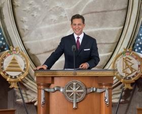 宗教技術中心理事會主席暨山達基宗教的教會領導人大衛.密斯凱維吉先生,在美國首都主持了新山達基教會的開幕典禮。