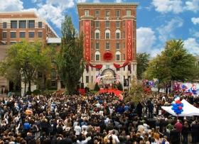 2009年10月31日,三千名山達基人和來賓參加新華盛頓特區山達基創始教會的開幕典禮。這是華盛頓最重要的歷史地標之一,已完全回復原本的結構。